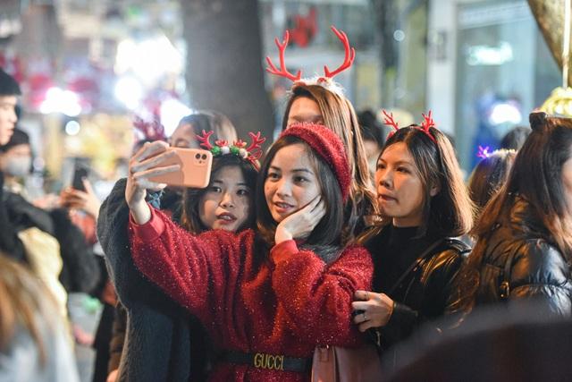Giới trẻ Hà Nội đổ lên phố Hàng Mã đi chơi Noel - 7