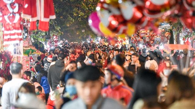 Giới trẻ Hà Nội đổ lên phố Hàng Mã đi chơi Noel - 1