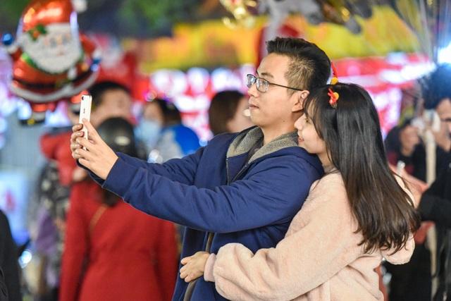 Giới trẻ Hà Nội đổ lên phố Hàng Mã đi chơi Noel - 5