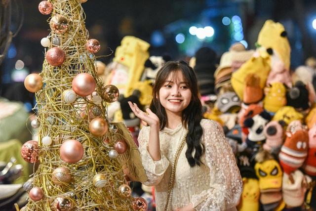 Giới trẻ Hà Nội đổ lên phố Hàng Mã đi chơi Noel - 3