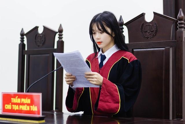 Nữ sinh năm cuối Học viện Tòa án gây sốt với hình ảnh xinh đẹp