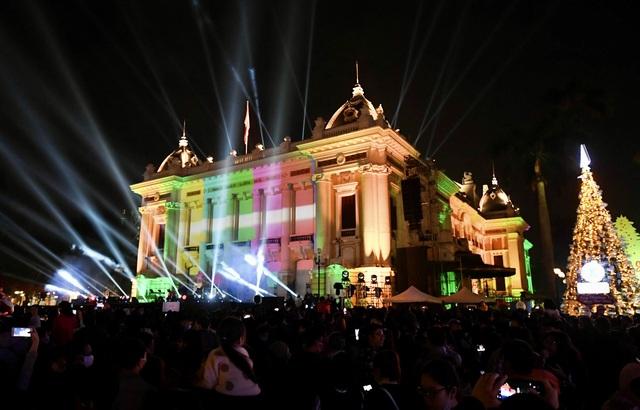 Nhà hát Lớn Hà Nội biến hình trong đêm Countdown Giáng sinh - 1