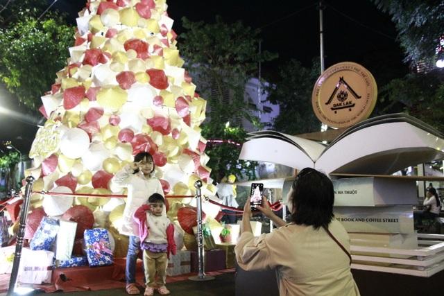 Người dân trên cả nước nô nức đón lễ Giáng sinh - 17