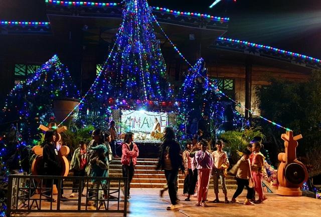 Người dân trên cả nước nô nức đón lễ Giáng sinh - 23