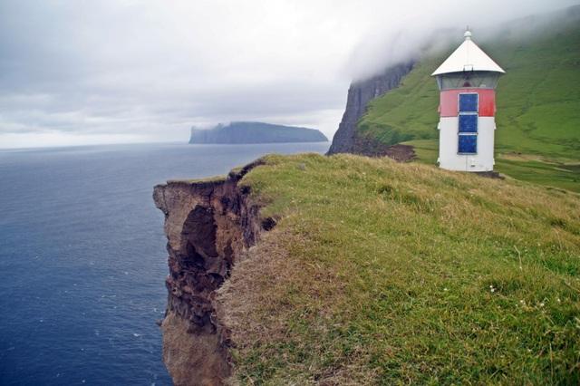 Cuộc sống trên hòn đảo đẹp như thiên đường nhưng chỉ có 9 người ở - 9
