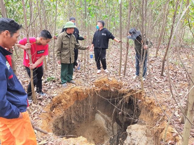 Nhiều hố tử thần kỳ lạ xuất hiện trên đồi keo - 1