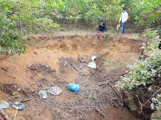 Nhiều hố tử thần kỳ lạ xuất hiện trên đồi keo - 2