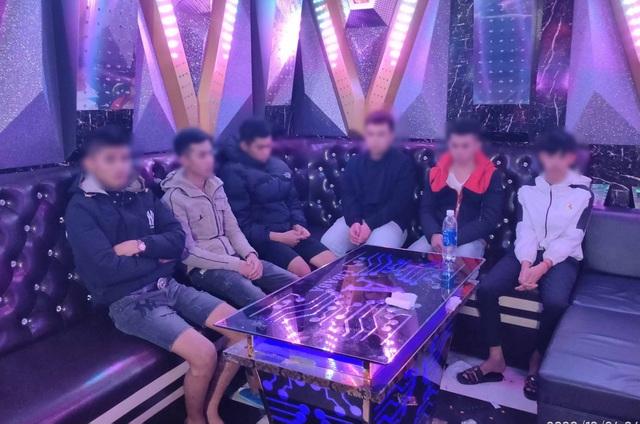 Bắt quả tang 9 đối tượng sử dụng ma túy trong quán karaoke đêm Giáng sinh - 1