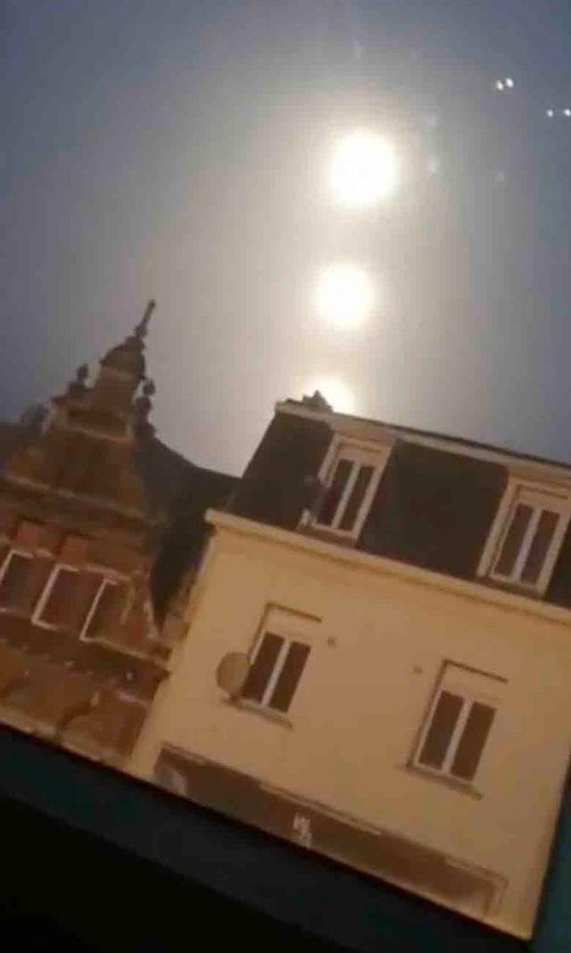 Kỳ diệu 3 mặt trăng khổng lồ bay ngang bầu trời lúc bình minh - 1