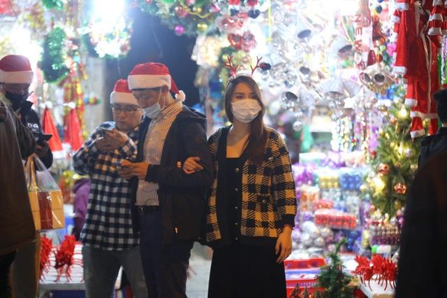 Những cặp đôi tình tứ đầy ấm áp trong đêm Noel - 4