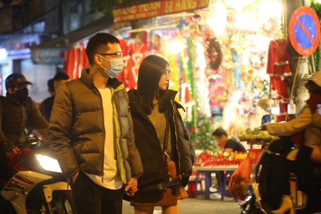 Những cặp đôi tình tứ đầy ấm áp trong đêm Noel - 10