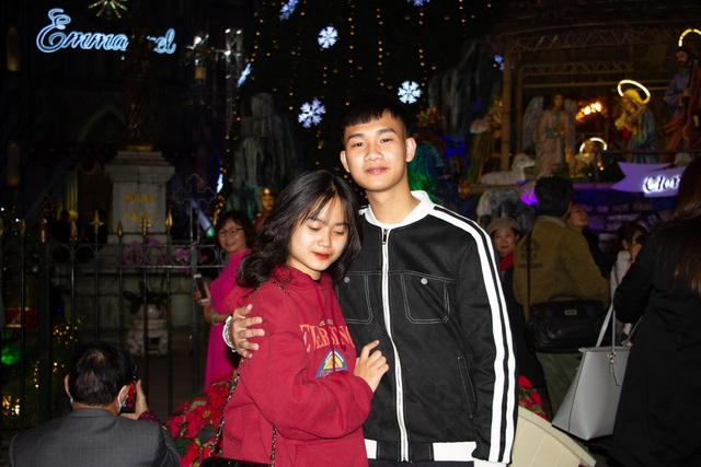 Những cặp đôi tình tứ đầy ấm áp trong đêm Noel - 14