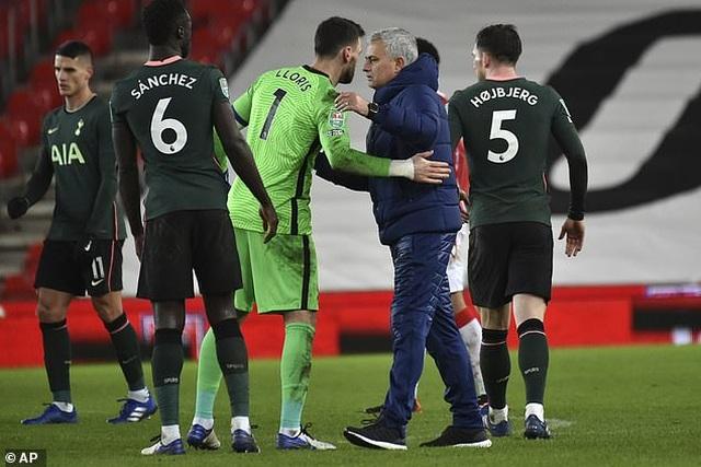 Tottenham thua liểng xiểng, HLV Mourinho nói điều bất ngờ - 2