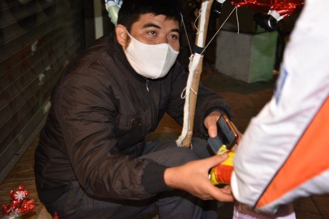 Ấm áp món quà Giáng sinh cho người có hoàn cảnh khó khăn của nhóm bạn trẻ Hà Nội - 4