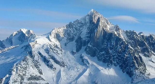 Ngọn núi bị nứt trên dãy Alps có thể sụp đổ bất cứ lúc nào - 1