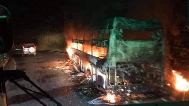 Xe khách giường nằm bốc cháy ngùn ngụt, 6 người thoát nạn - 1