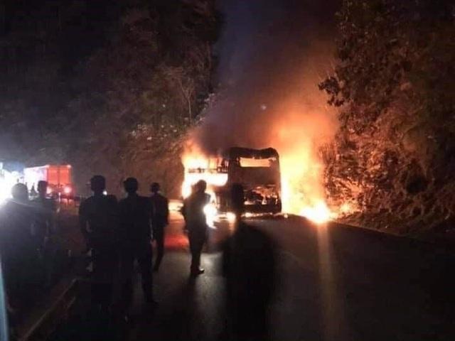 Xe khách giường nằm bốc cháy ngùn ngụt, 6 người thoát nạn - 2
