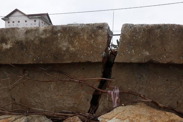 Sóng xé nát kè bê tông, hàng trăm nhà dân bị đe dọa - 2