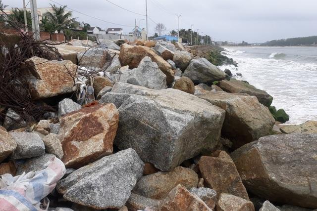 Sóng xé nát kè bê tông, hàng trăm nhà dân bị đe dọa - 7