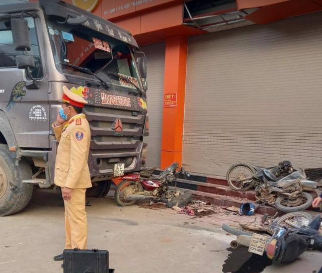 Kinh hoàng xe ben nổ lốp đâm liên hoàn 3 xe máy, một người bị cuốn vào gầm - 1