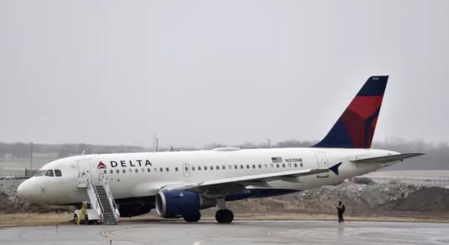Nhảy khỏi máy bay đang chuẩn bị cất cánh, hai hành khách hầu tòa - 1