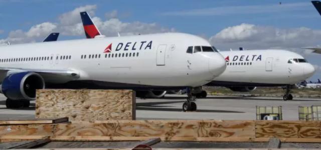 Nhảy khỏi máy bay đang chuẩn bị cất cánh, hai hành khách hầu tòa - 2