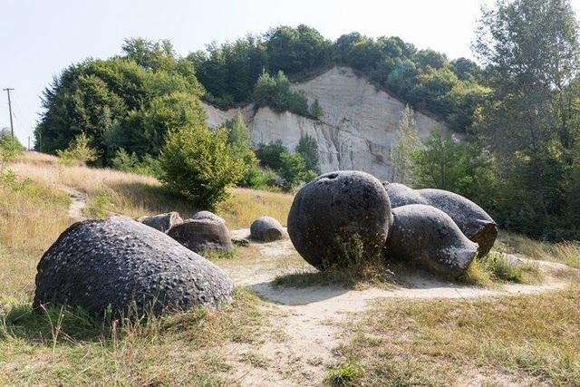 Bí ẩn những viên đá sống ở Romania - 1