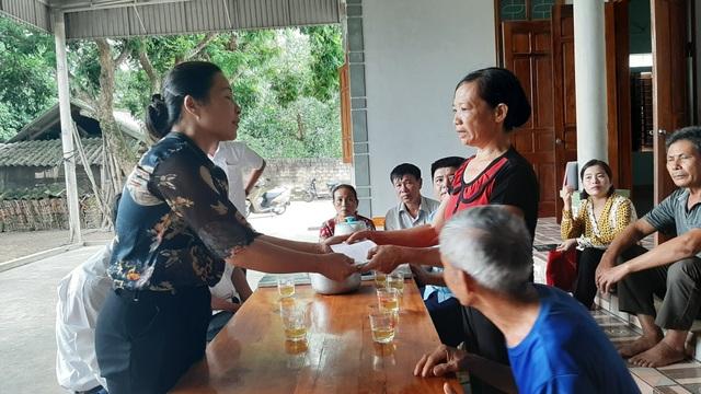 Trao hỗ trợ 5 triệu đồng cho chị Nguyễn Thị Lý (ở xã Châu Thái) có chồng chết do sét đánh.
