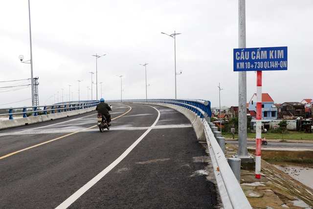 Cầu vượt sông Thu Bồn 240 tỷ đồng không có đường dẫn - 1