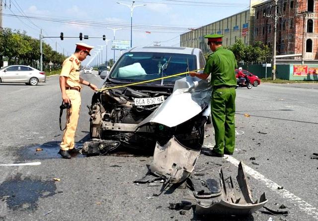 Tai nạn liên hoàn giữa 3 ô tô, nhiều người may mắn thoát nạn - 1