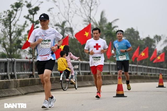 Ông Đoàn Ngọc Hải chinh phục đường chạy 42km tại Huế - 1
