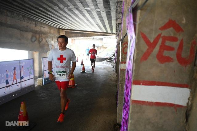 Ông Đoàn Ngọc Hải chinh phục đường chạy 42km tại Huế - 3