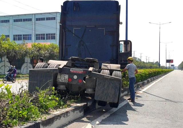 Tai nạn liên hoàn giữa 3 ô tô, nhiều người may mắn thoát nạn - 2