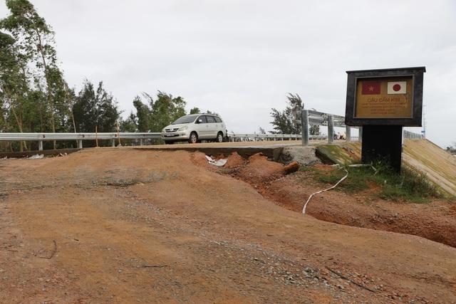 Cầu vượt sông Thu Bồn 240 tỷ đồng không có đường dẫn - 4