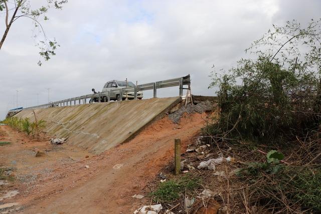 Cầu vượt sông Thu Bồn 240 tỷ đồng không có đường dẫn - 6