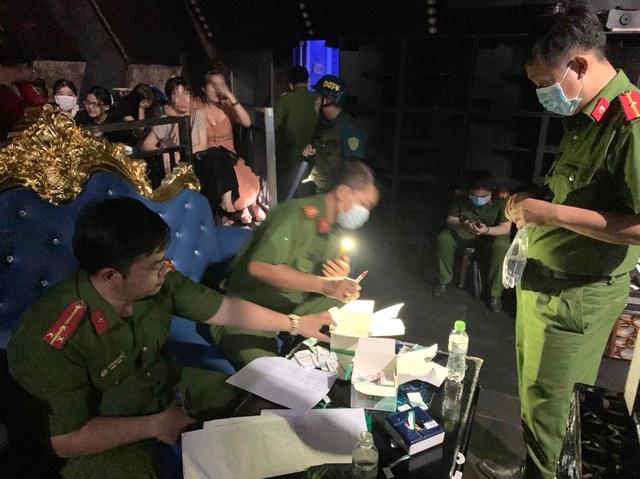 Công an đột kích quán bar, phát hiện 55 người dương tính với chất ma túy - 2