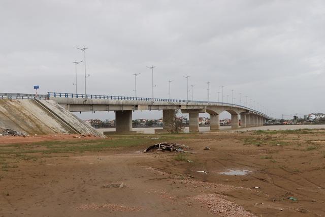 Cầu vượt sông Thu Bồn 240 tỷ đồng không có đường dẫn - 7