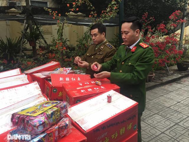 Bắt giữ 10 tấn bánh kẹo không rõ nguồn gốc tại bãi cảng Hà Nội - 2
