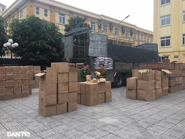 Bắt giữ 10 tấn bánh kẹo không rõ nguồn gốc tại bãi cảng Hà Nội - 1