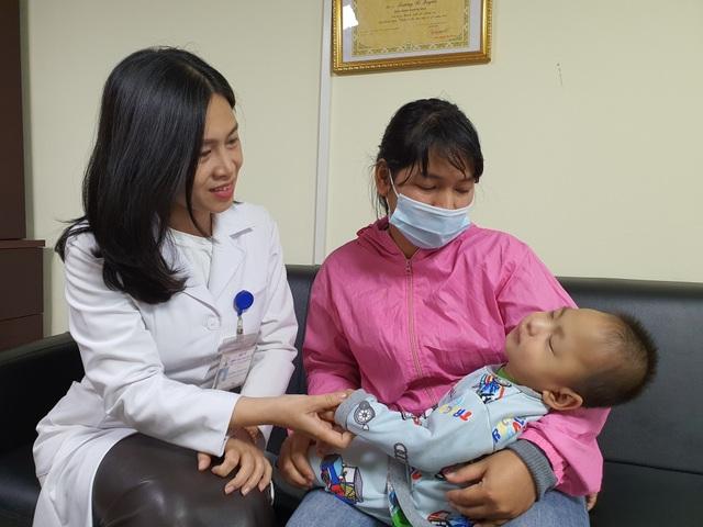 Bé trai 19 tháng tuổi ở Quảng Trị cơ thể mềm oặt, đã biết nô đùa với mẹ - 2