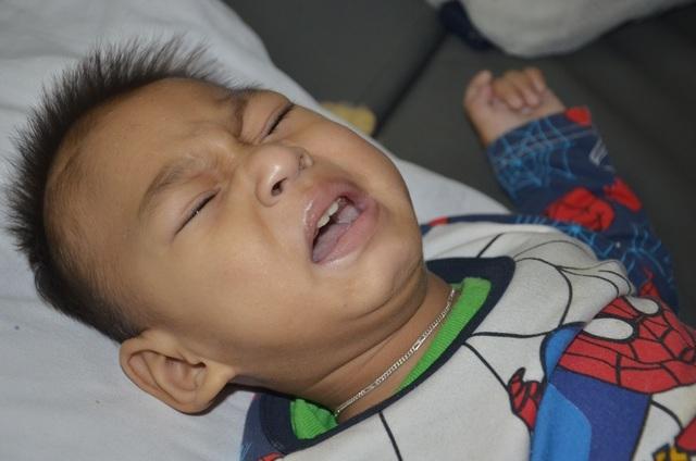 Bé trai 19 tháng tuổi ở Quảng Trị cơ thể mềm oặt, đã biết nô đùa với mẹ - 3