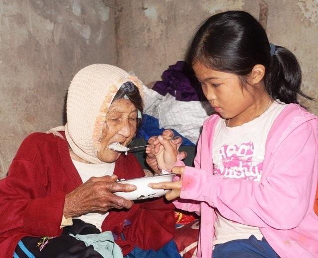 Bạn đọc giúp đỡ cháu bé 10 tuổi cơ cực chăm mẹ tâm thần, cụ bại liệt - 4