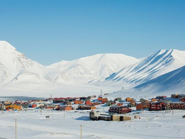 Nơi khách đến sống không cần visa, gấu Bắc Cực nhiều hơn con người - 1