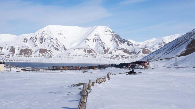 Nơi khách đến sống không cần visa, gấu Bắc Cực nhiều hơn con người - 6