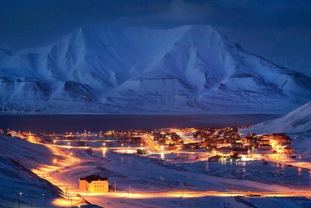 Nơi khách đến sống không cần visa, gấu Bắc Cực nhiều hơn con người - 11