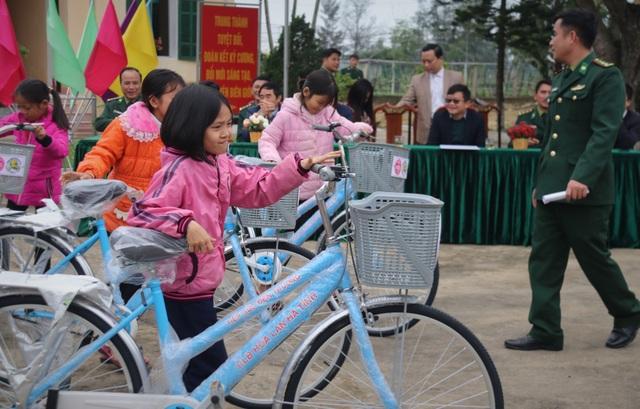 Trao 170 xe đạp tiếp sức cho học sinh vùng bãi ngang đến trường - 2