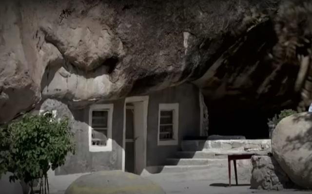 Xây nhà lạ dưới tảng đá 800 tấn, trả hơn 2 tỷ đồng vẫn quyết không bán - 1