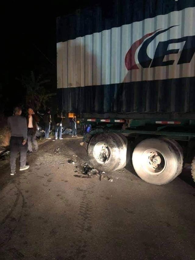 Xe biển xanh tông xe container, 2 người tử vong, 2 người bị thương - 2