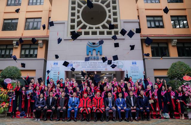 Khoa Quản trị và Kinh doanh khai giảng năm học mới và trao bằng tốt nghiệp - 3