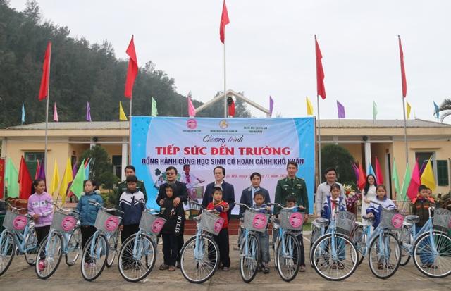 Trao 170 xe đạp tiếp sức cho học sinh vùng bãi ngang đến trường - 1